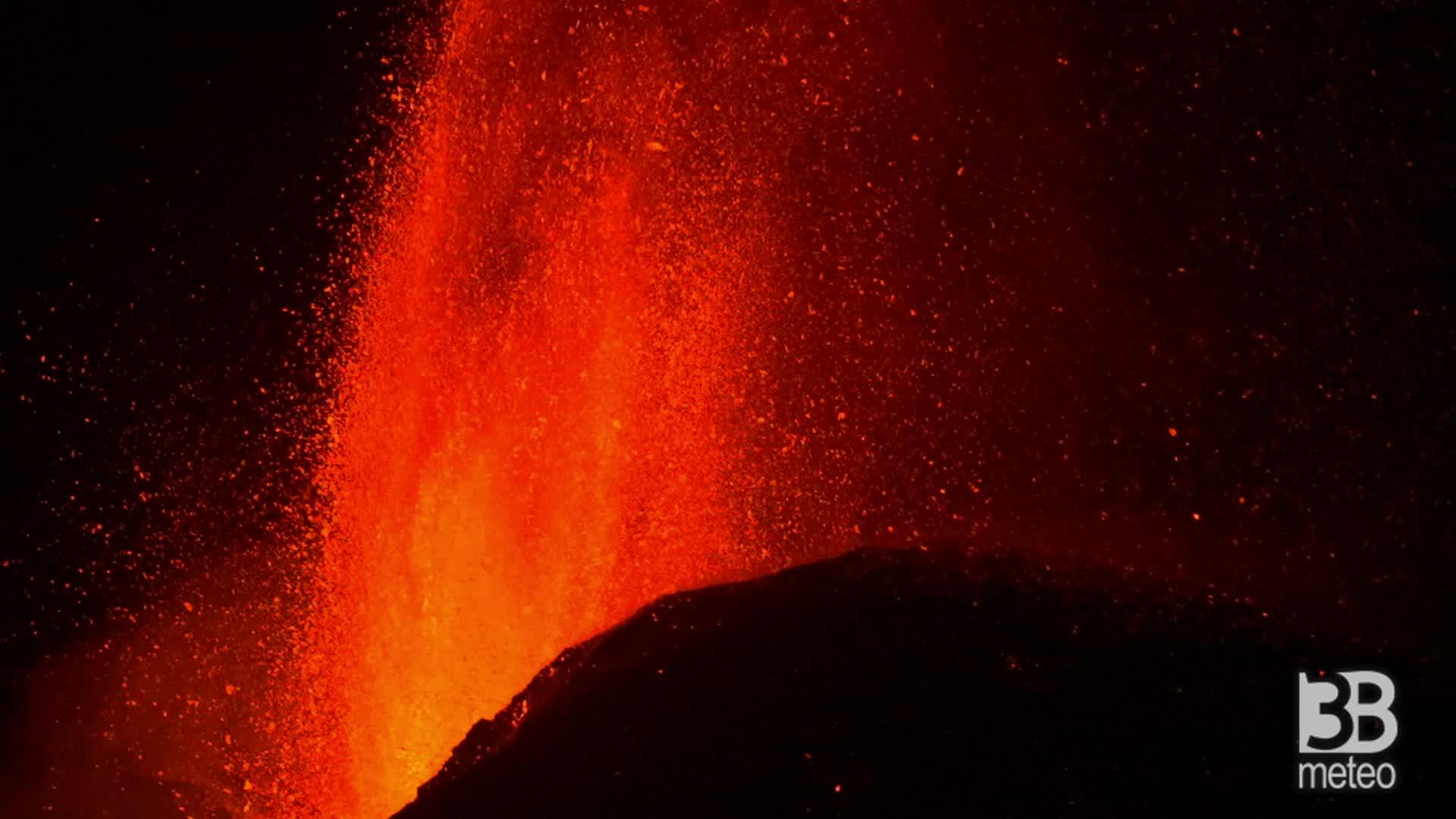 Eruzione in diretta Etna, ore 4.30. Nuovo parossismo: la colata lavica verso sud-ovest- Video