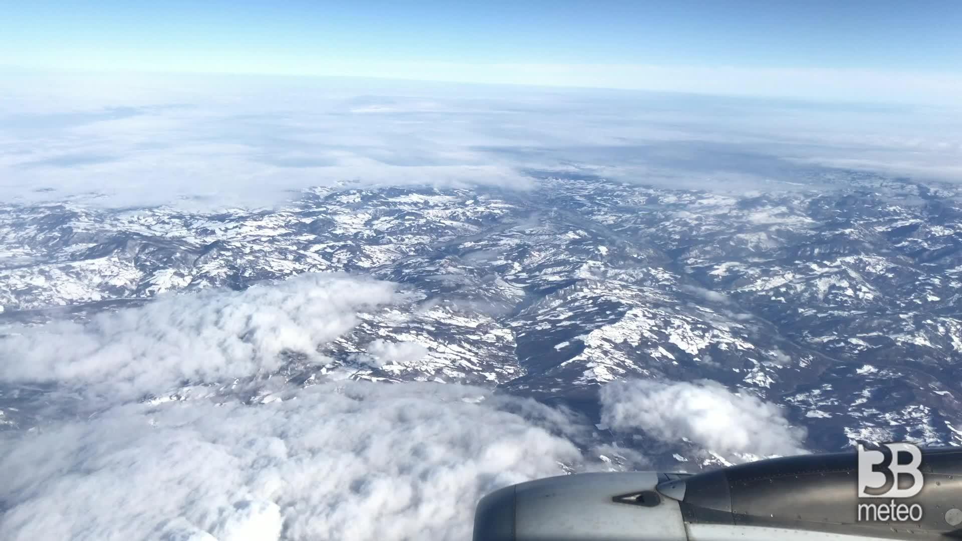 Il paesaggio innevato: le immagini dall'aereo