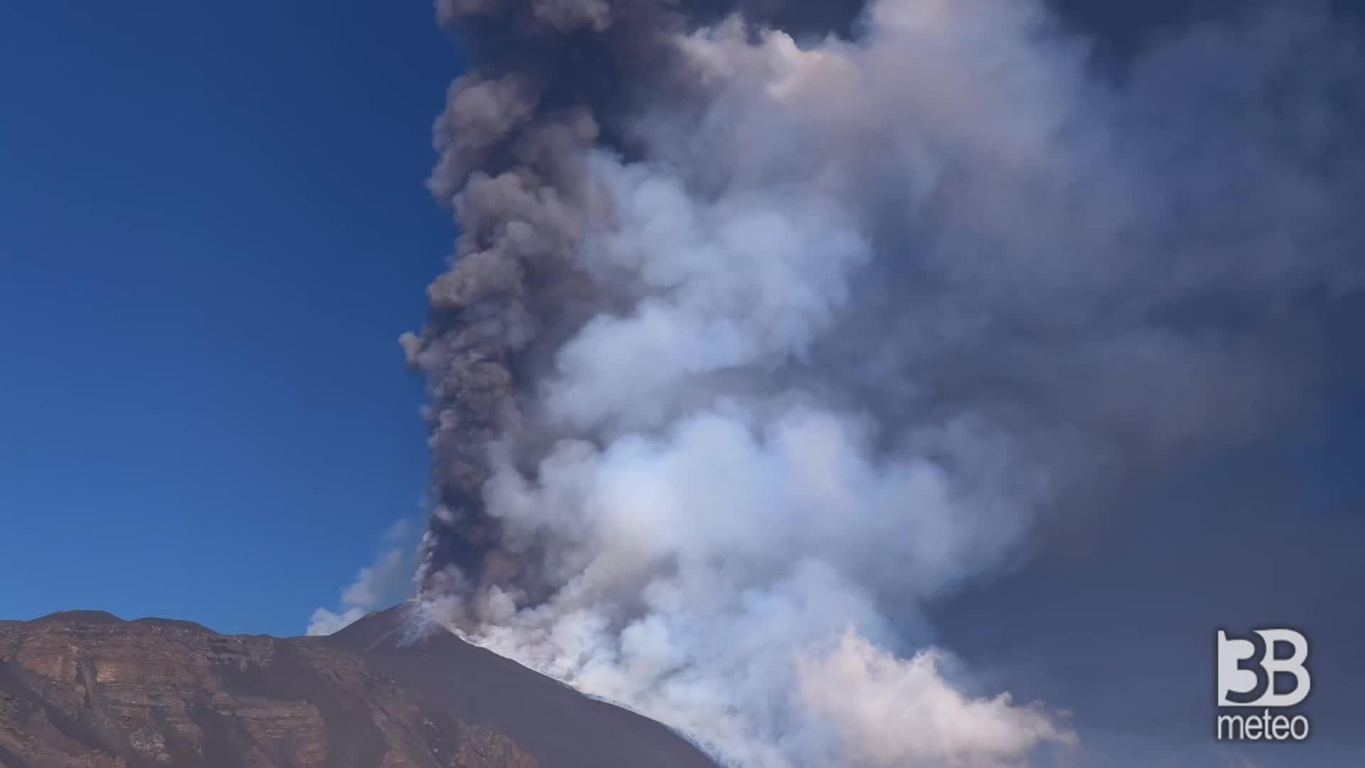 Etna, la densa nube di fumo : colonna alta 12 chlometri