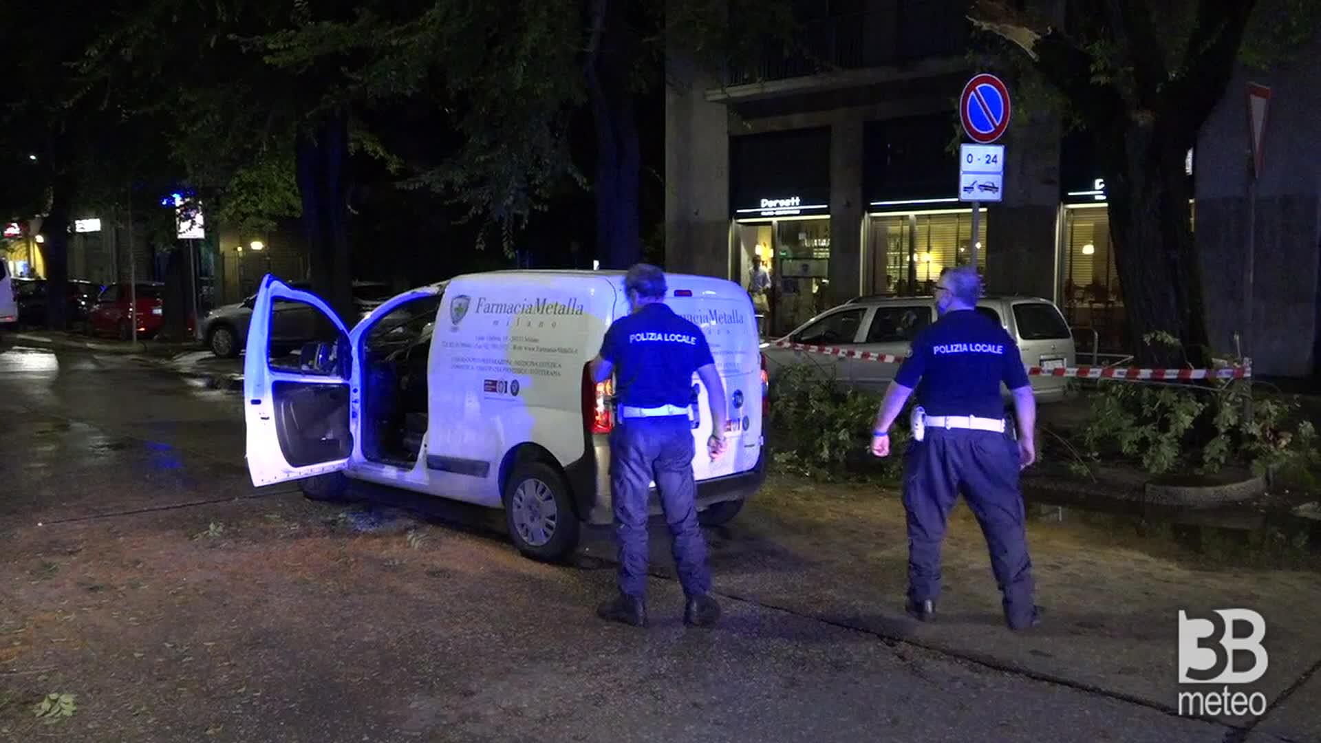 Milano, albero cade su furgone: a bordo uomo di 42 anni