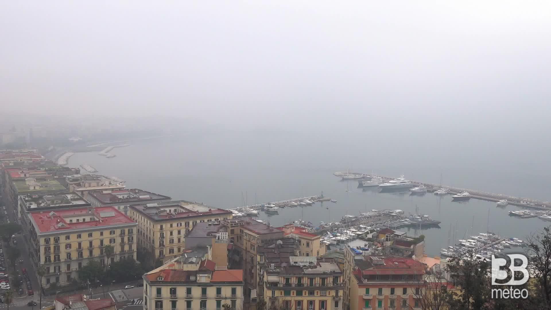 Napoli si risveglia nella nebbia: la citt? sparisce alla vista