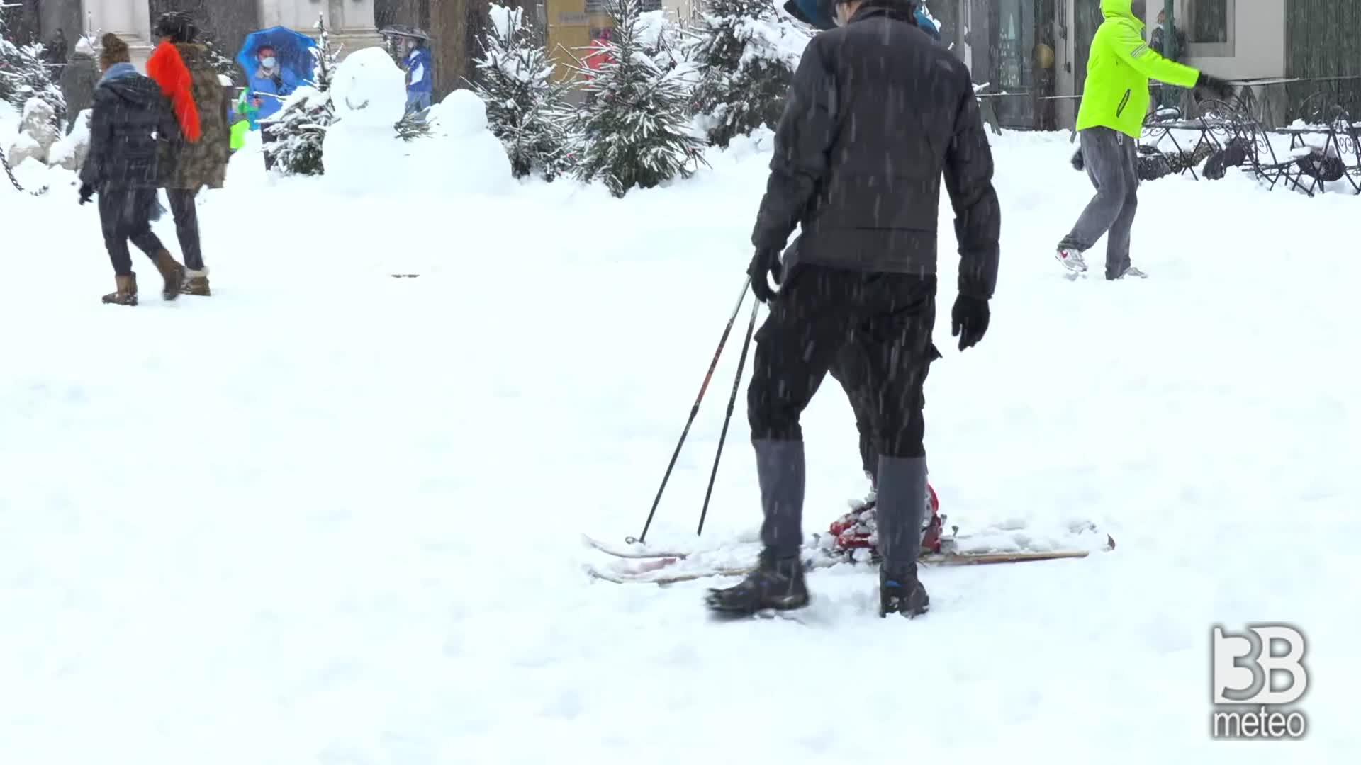 Nevicata a Bergamo : in centro con sci e slittino