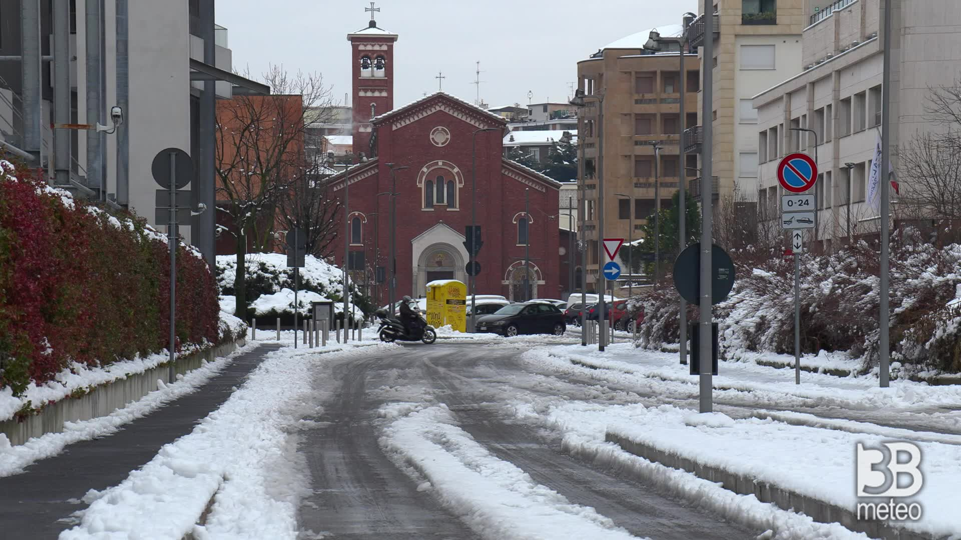Neve Milano, il giorno dopo: lastre di ghiaccio sulle strade