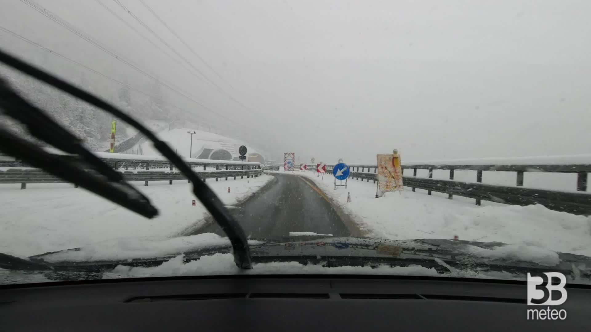 Neve, furgone fuori strada: bloccata la A5 verso nord