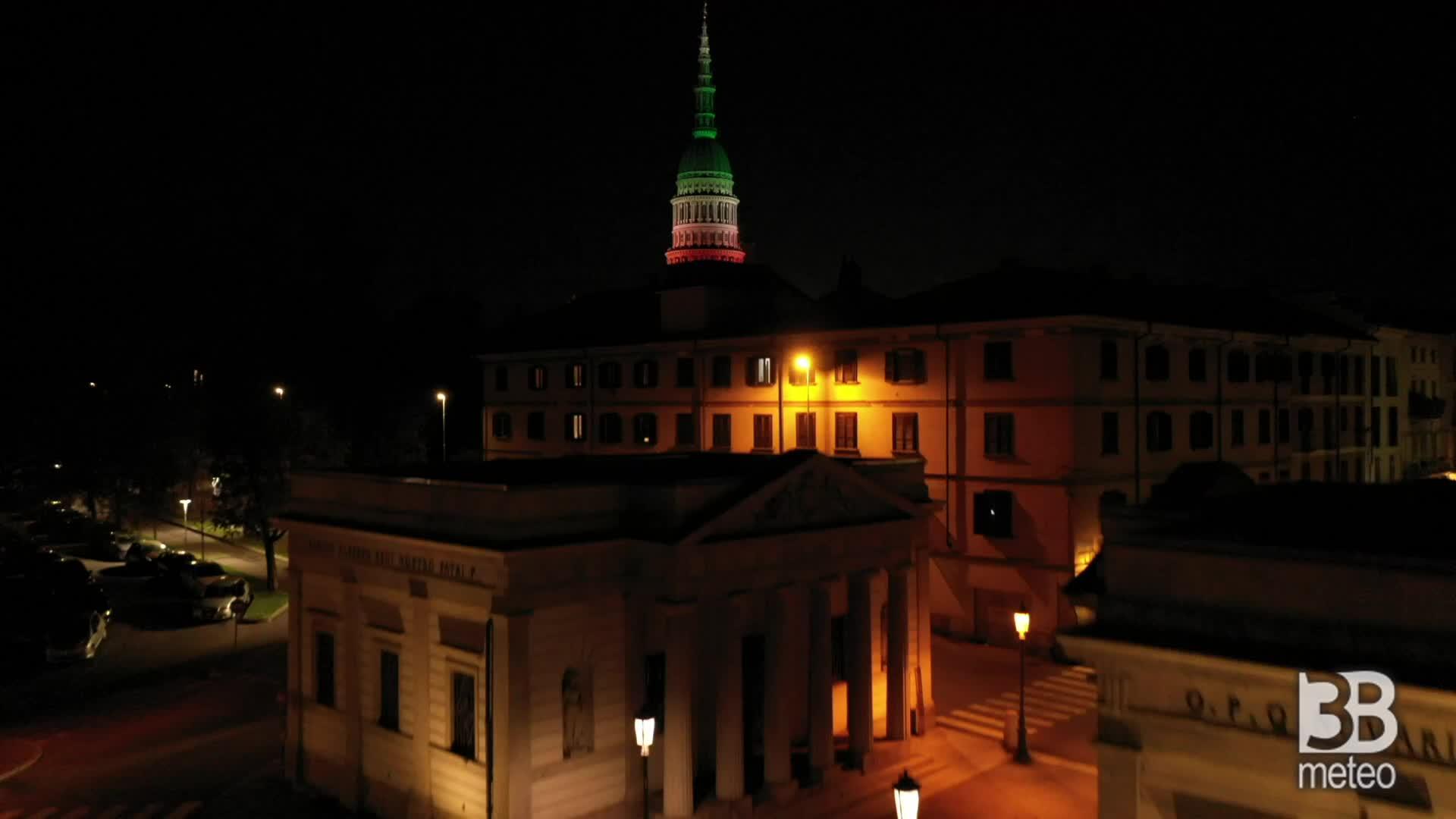 Coronavirus, Novara deserta: la cupola in veste tricolore
