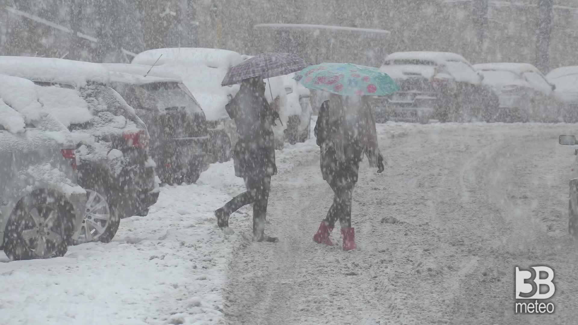 Chieti sotto la neve: mezzi spazzaneve in azione