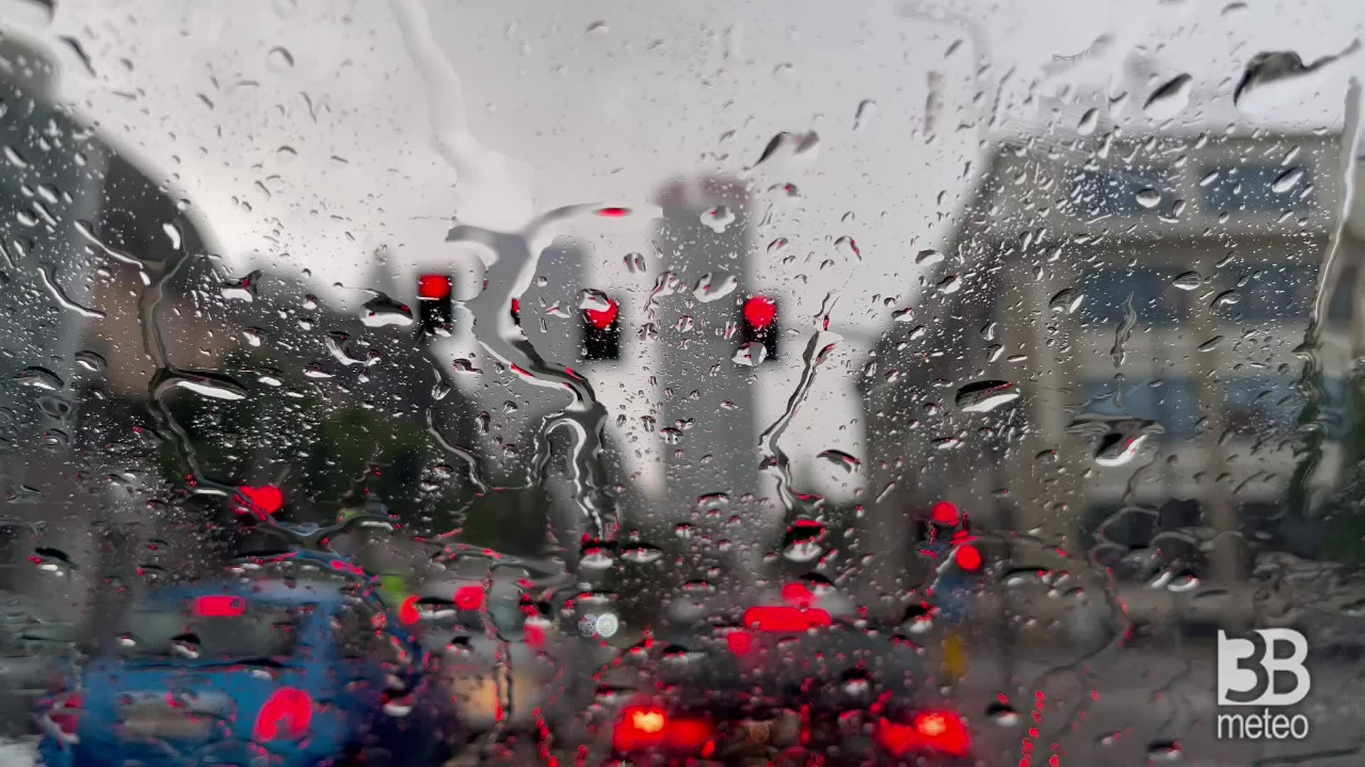 Milano, forte pioggia e grandine: camera car h 18.30
