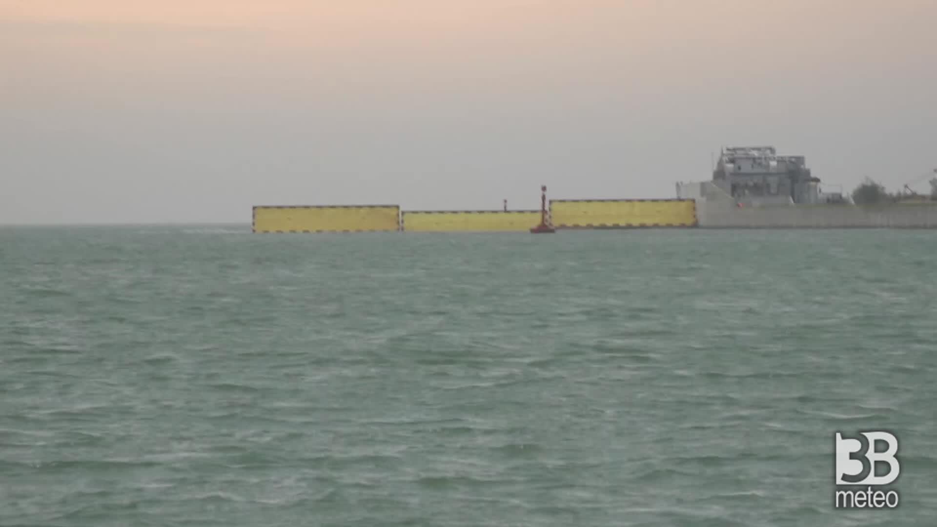 Venezia, si alza il Mose: prime fasi innalzamento