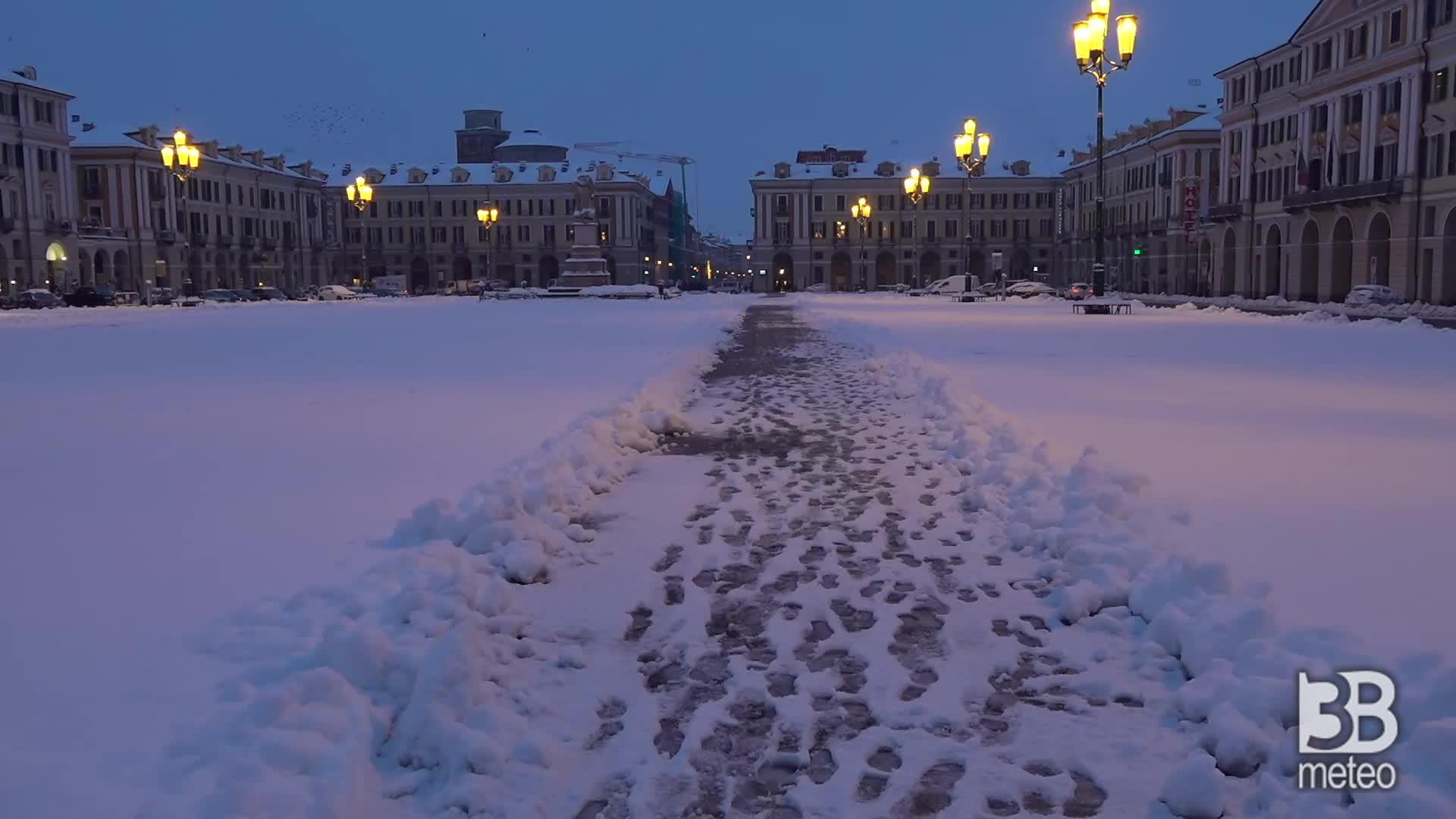 Cuneo, la prima neve: la città si sveglia imbiancata