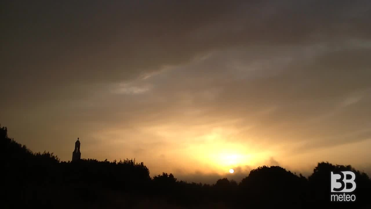 CRONACA METEO DIRETTA - L'alba di oggi, giovedì, a Cisternino, provincia di BRINDISI - VIDEO