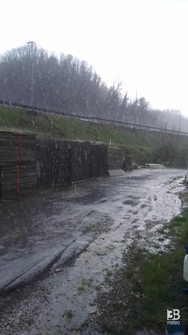 Cronaca meteo video: pioggia e grandine da Aulla, in Toscana