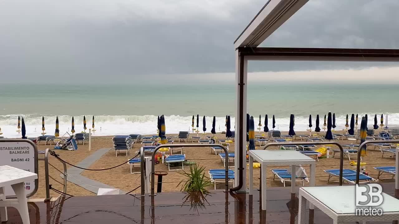 Meteo cronaca diretta: forte temporale si abbatte nelle Marche. Video dalla spiaggia di Marcelli.
