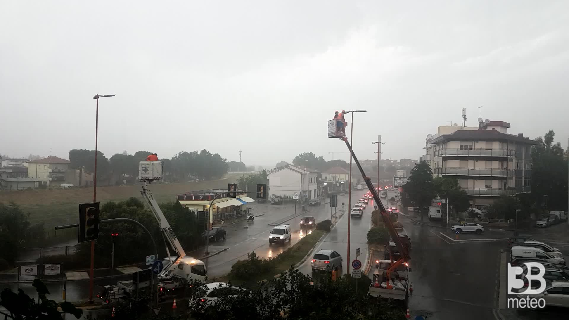 La tempesta e puntualmente arrivata allora si prende l'ombrello e su risale su in cima. operai coraggiosi.