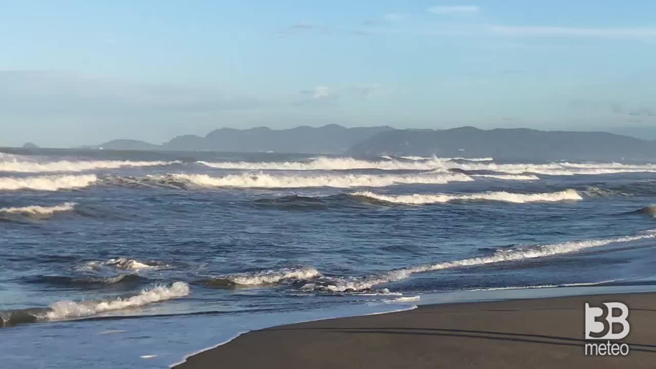 CRONACA METEO DIRETTA - Dopo i TEMPORALI vento in rinforzo e mari agitati in Versilia. Ecco Forte dei Marmi - VIDEO