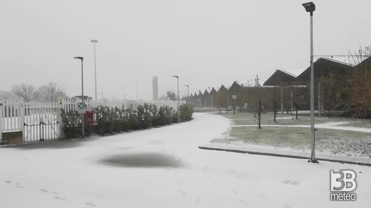 CRONACA meteo DIRETTA VIDEO - TEMPORALE di NEVE a Bologna, nevicate in Emilia Romagna
