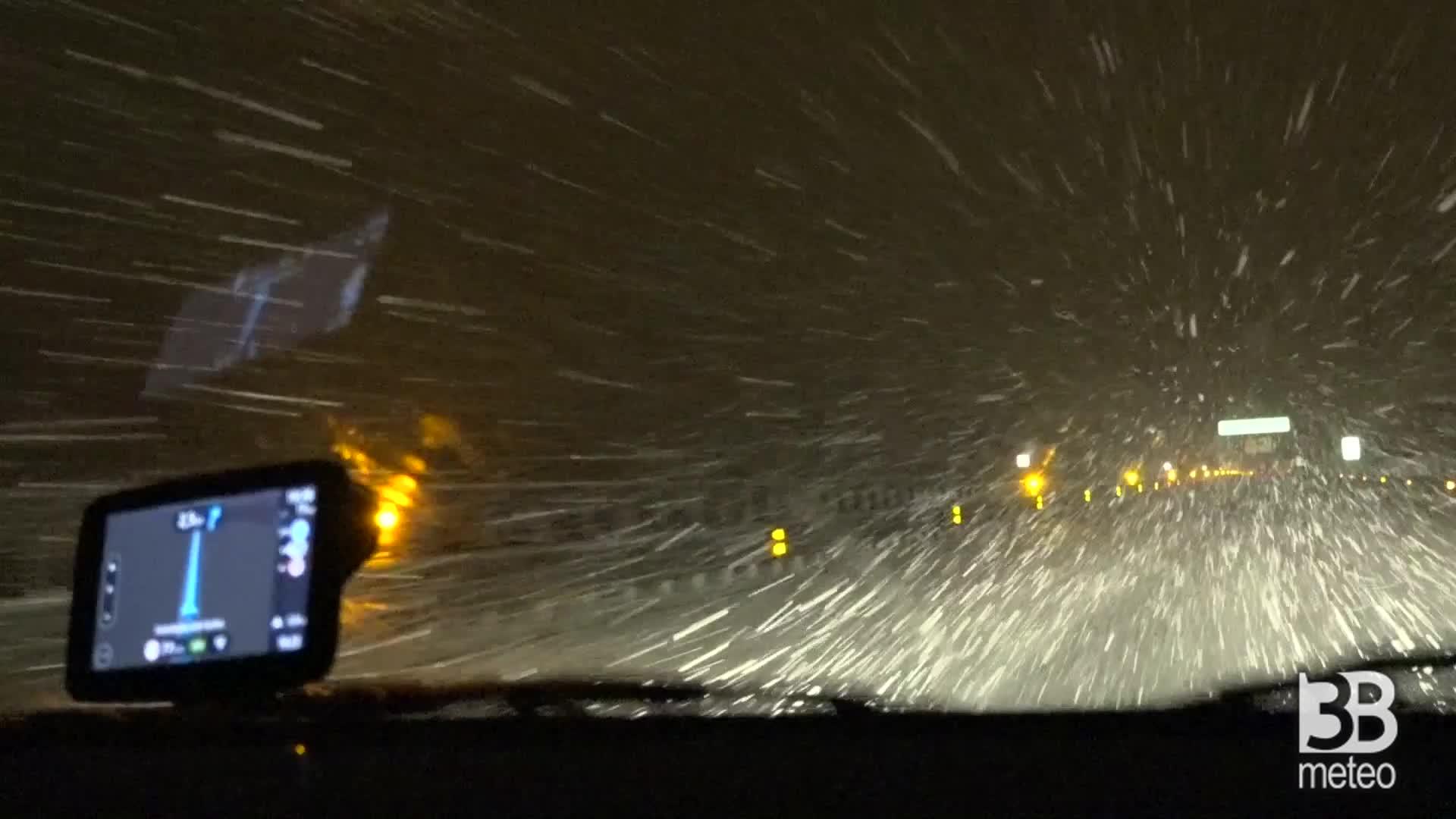 Nevica intensamente sulla A6
