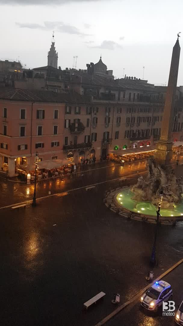 Crona DIRETTA VIDEO, piazza Navona bagnata da un forte acquazzone