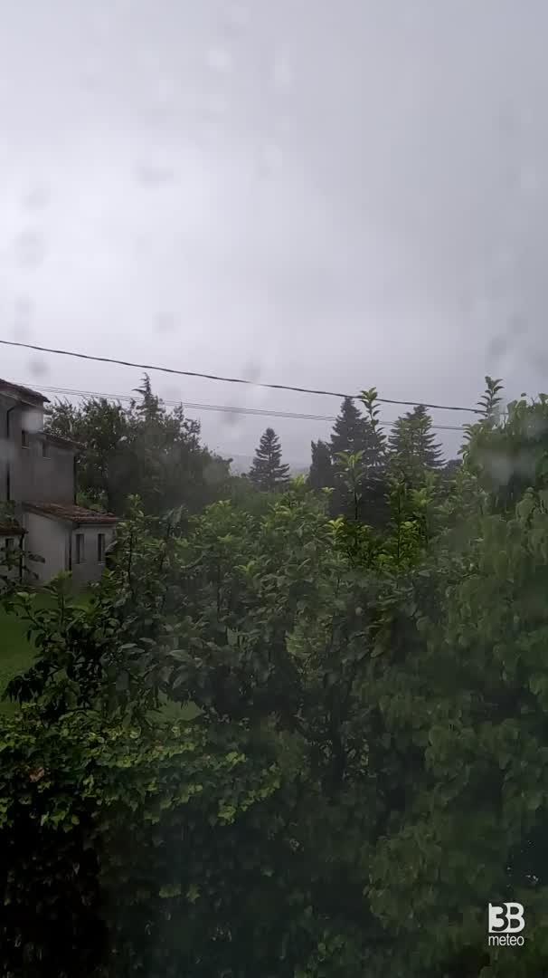 Raffica di pioggia a Strada