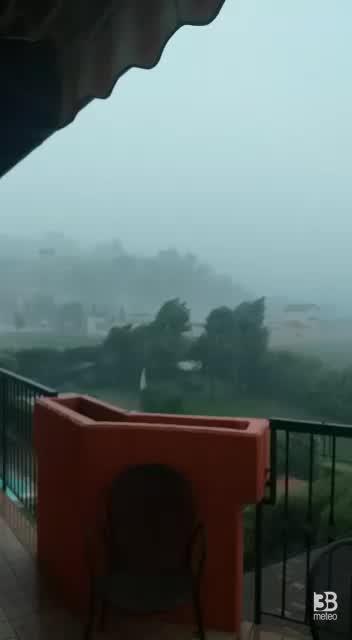 CRONACA METEO DIRETTA. Violento TEMPORALE a Bergamo con forti raffiche di vento - VIDEO