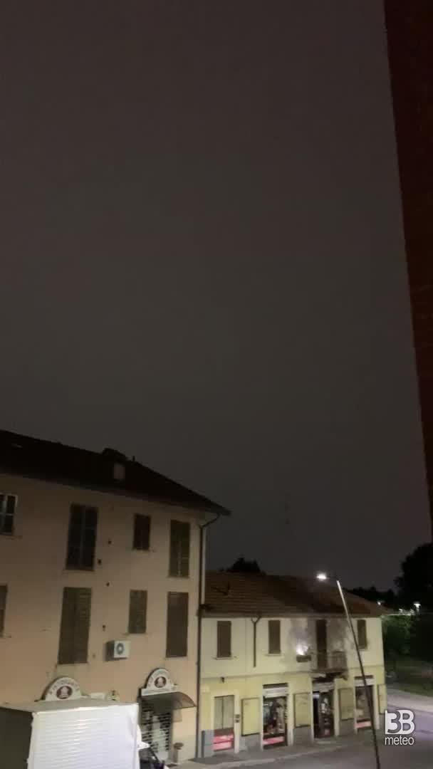 CRONACA METEO - Domenica sera forti TEMPORALI in Lombardia. Tempesta di FULMINI vicino a MILANO - VIDEO