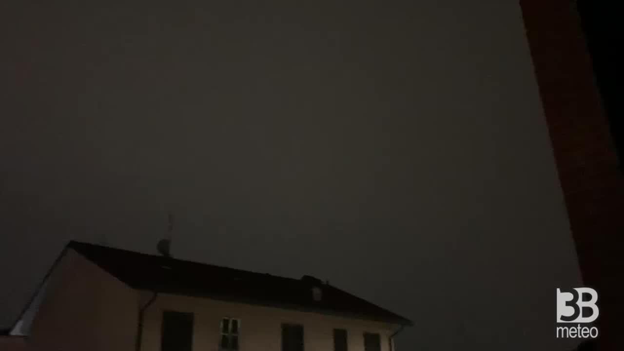 CRONACA METEO - TEMPORALI domenica sera al Nord, i FULMINI illuminano la notte vicino a MILANO - VIDEO