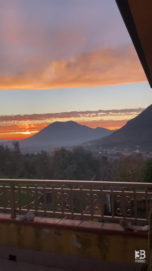 CRONACA METEO - Tramonto infuocato giovedì sera. i cieli si tingono di rosso in provincia di BENEVENTO -* VIDEO
