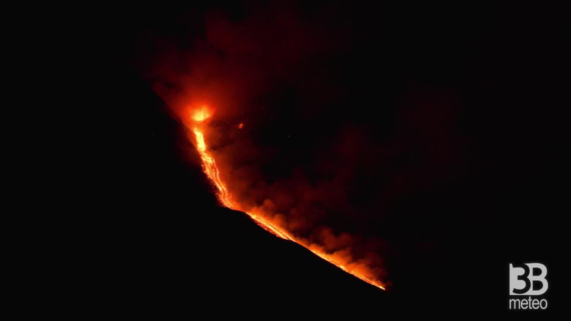 CRONACA DIRETTA - Etna, situazione ore 5.00: trabocco lavico dal sud-est - VIDEO