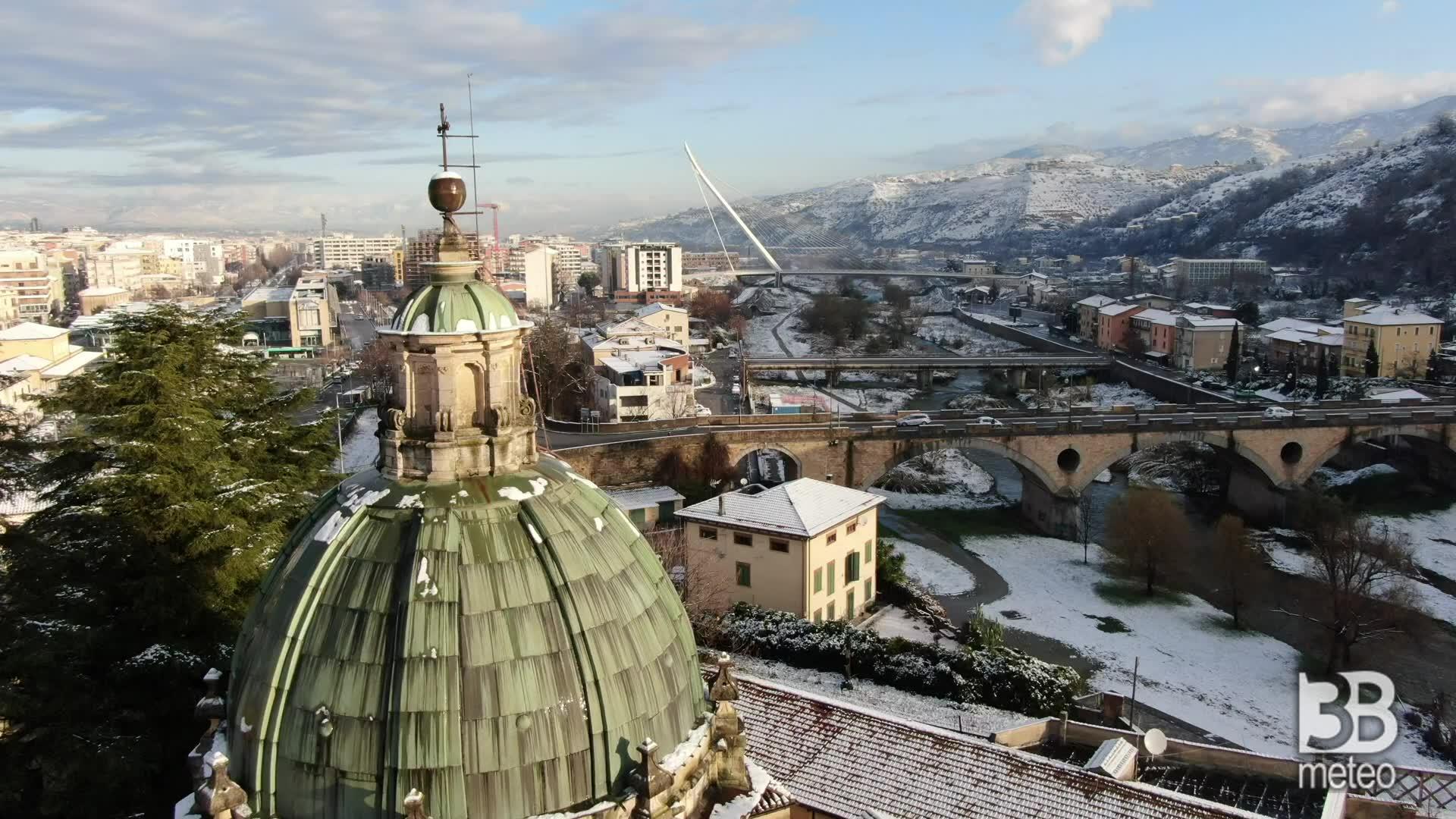 Cosenza, neve imbianca tetti: le immagini dal drone