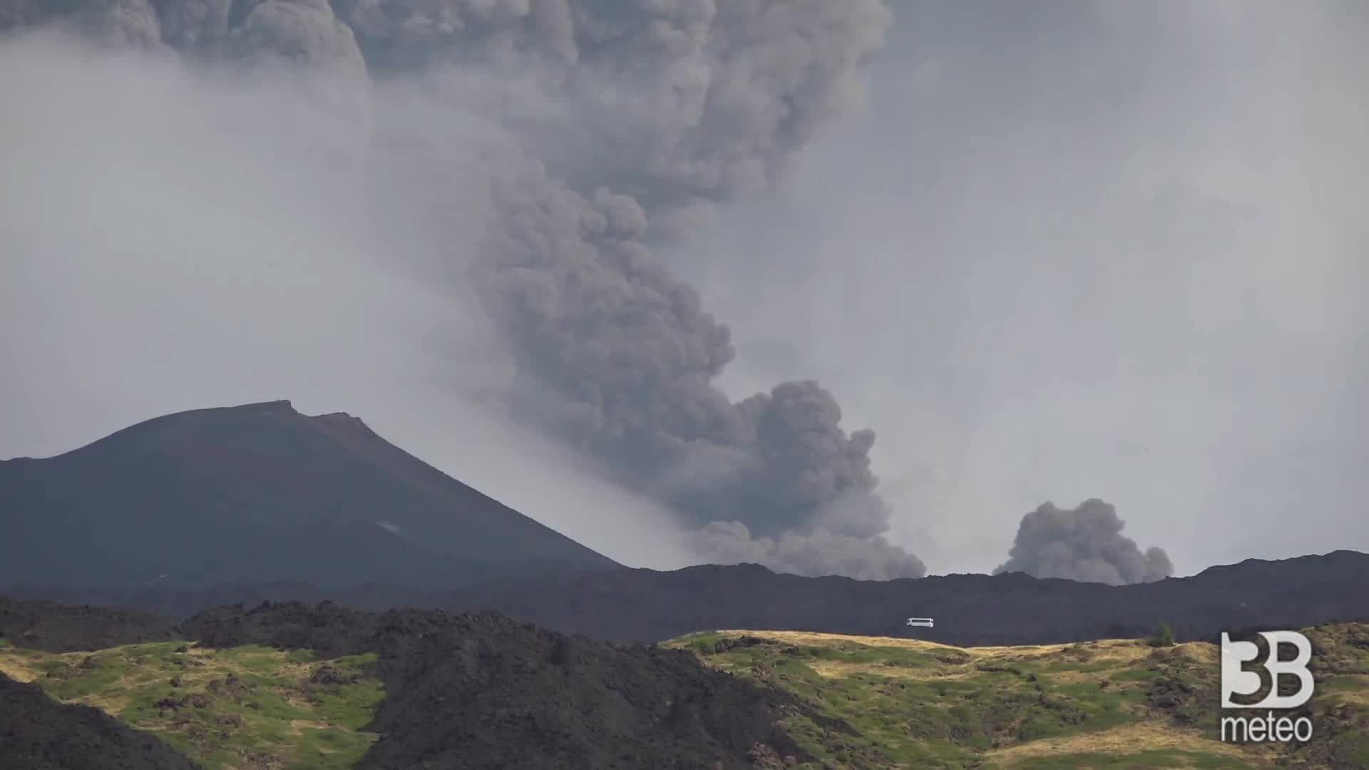 Etna, flusso piroclastico: il fenomeno alle 10.49