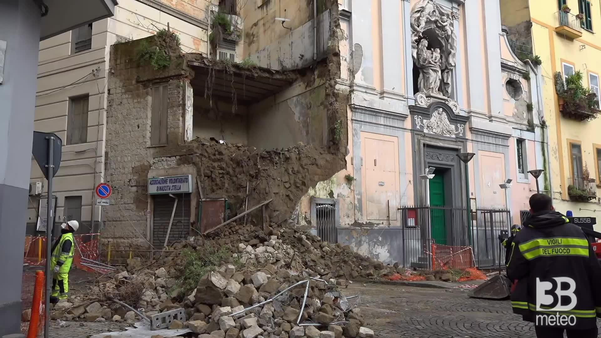 Crolla porzione facciata chiesa: Napoli, le prime immagini