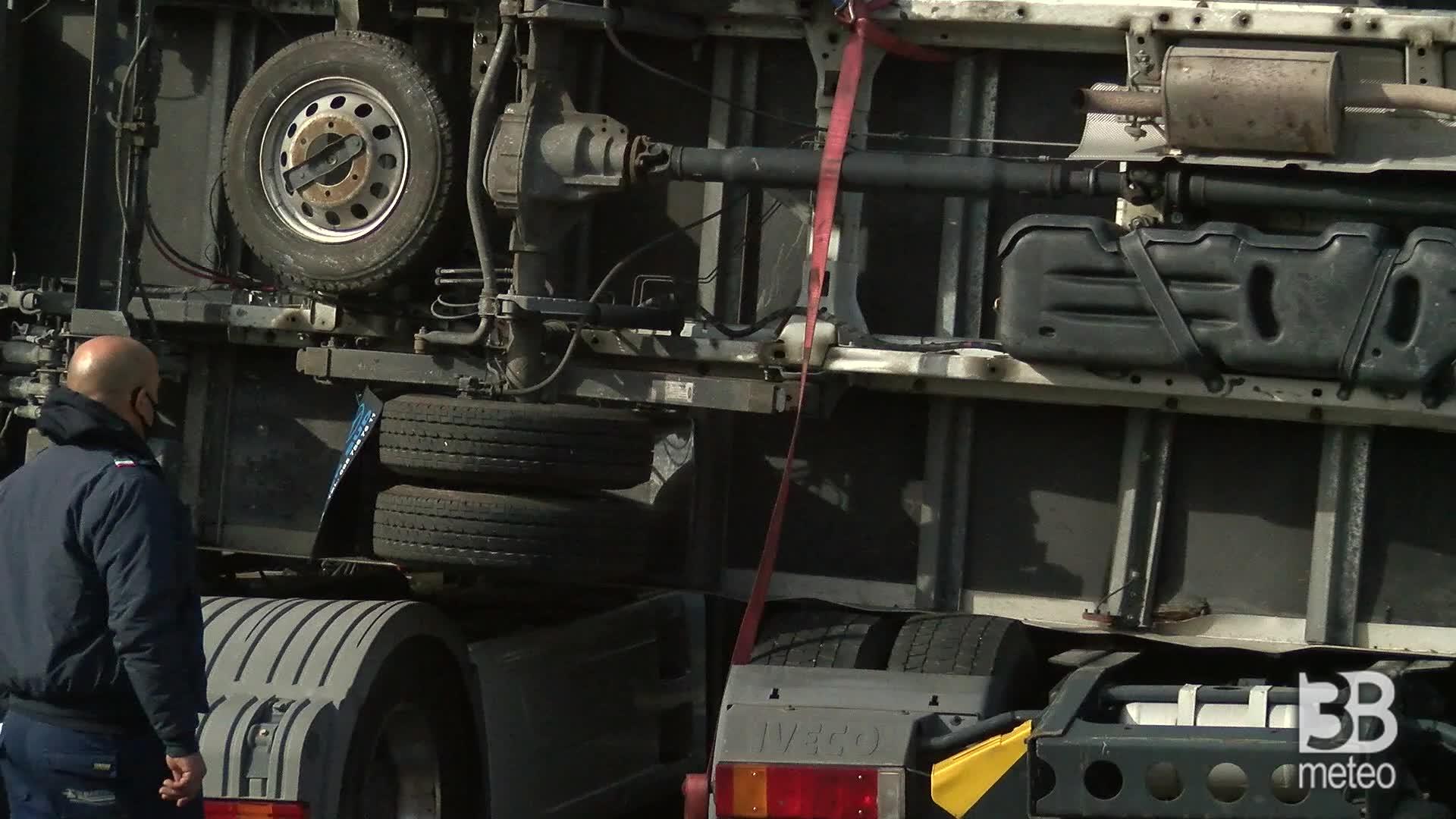Catania, camion ribaltati: la forza del tornado