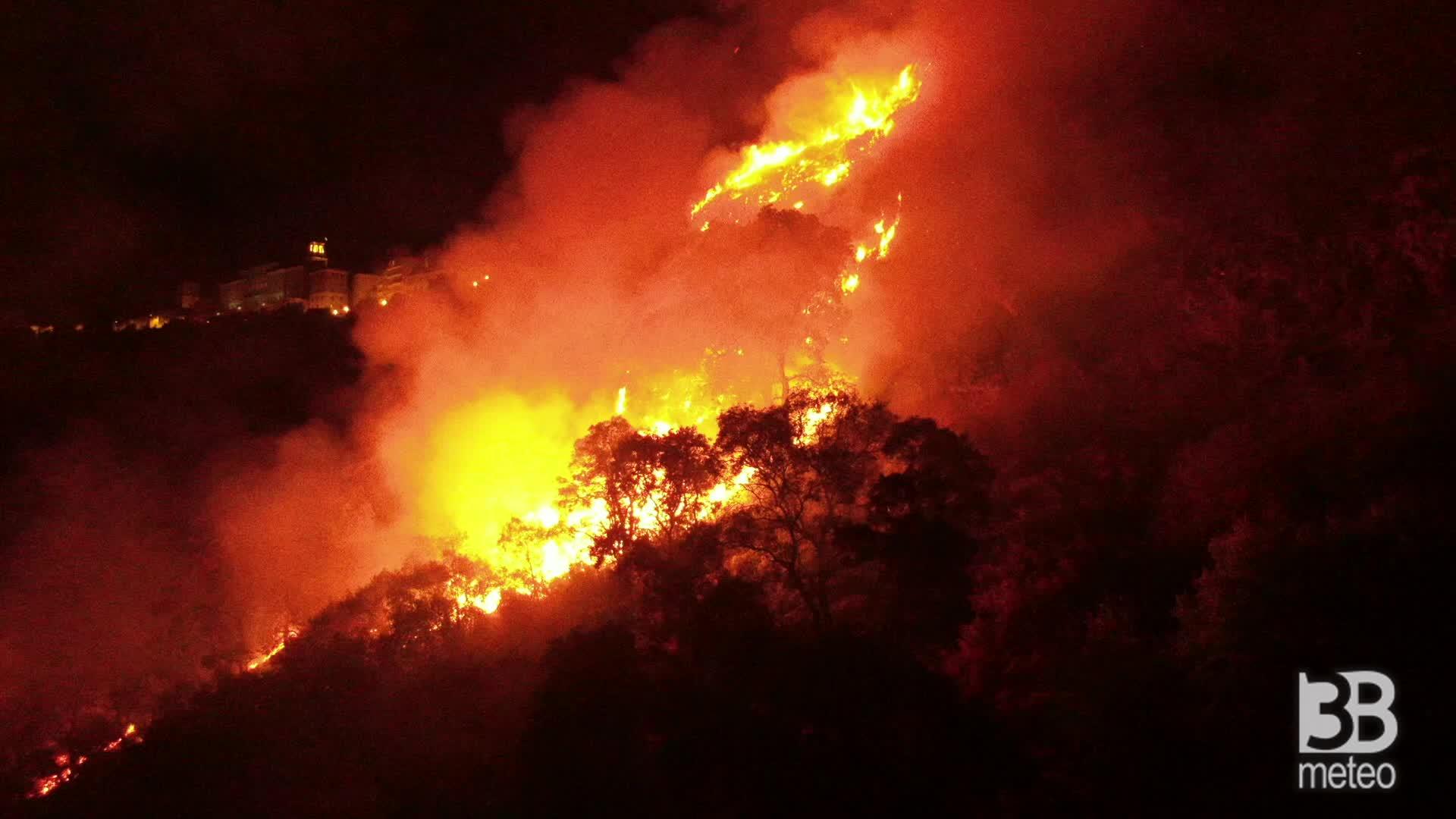 Enna, fronte di fuoco avanza : immagini dall'alto