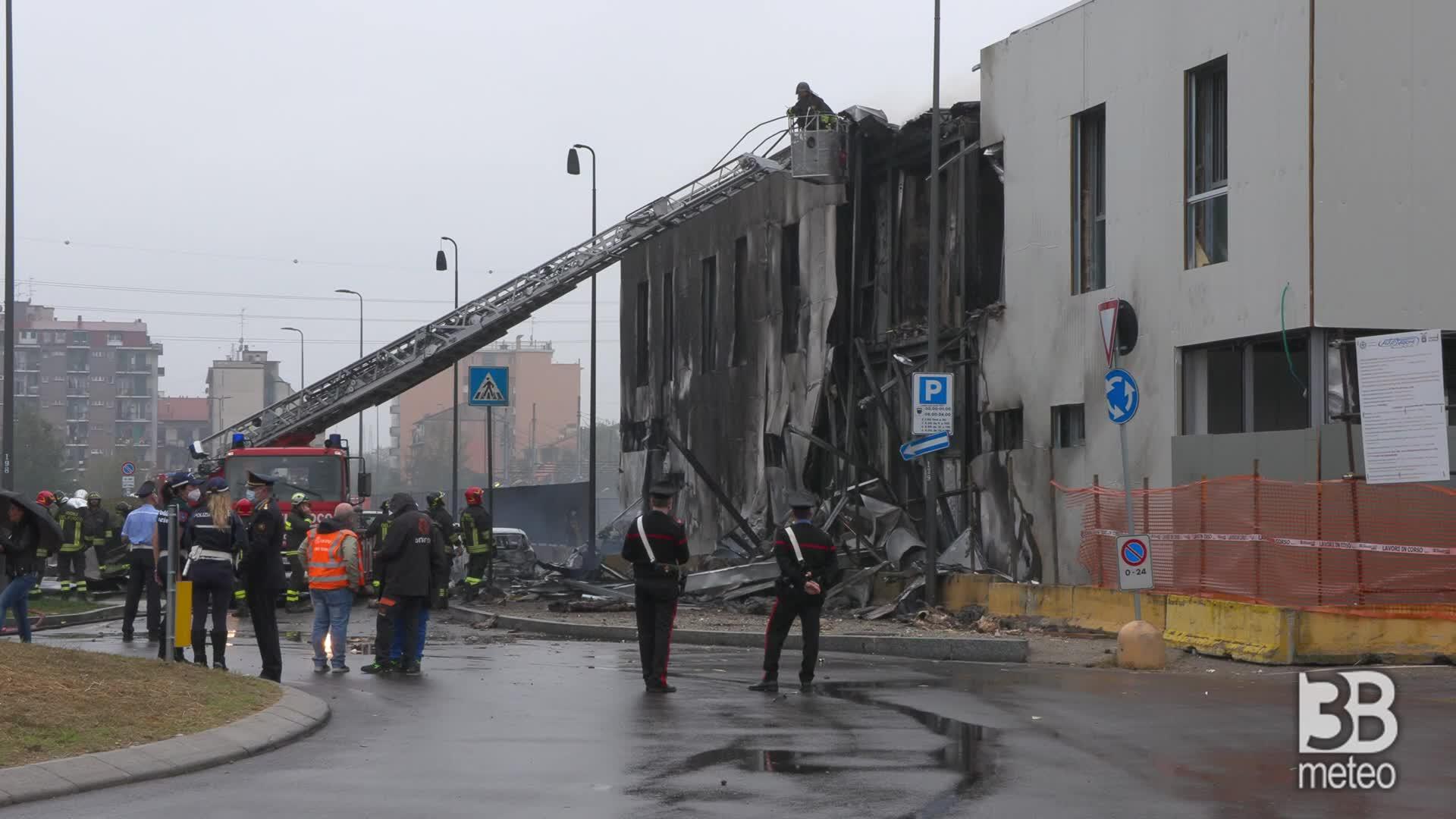 Incidente aereo a sud di Linate: vigili del fuoco al lavoro