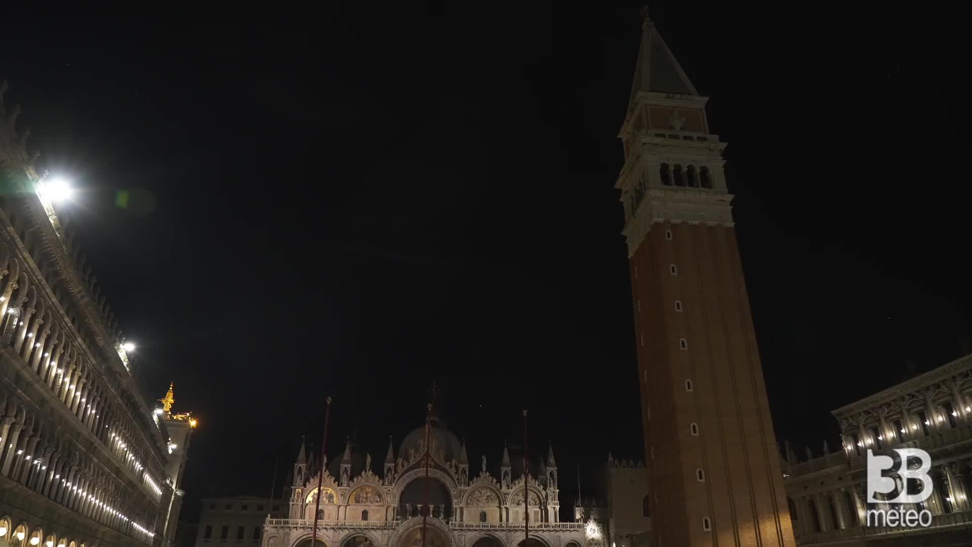 L'acqua allaga Piazza San Marco: il livello aumenta via via