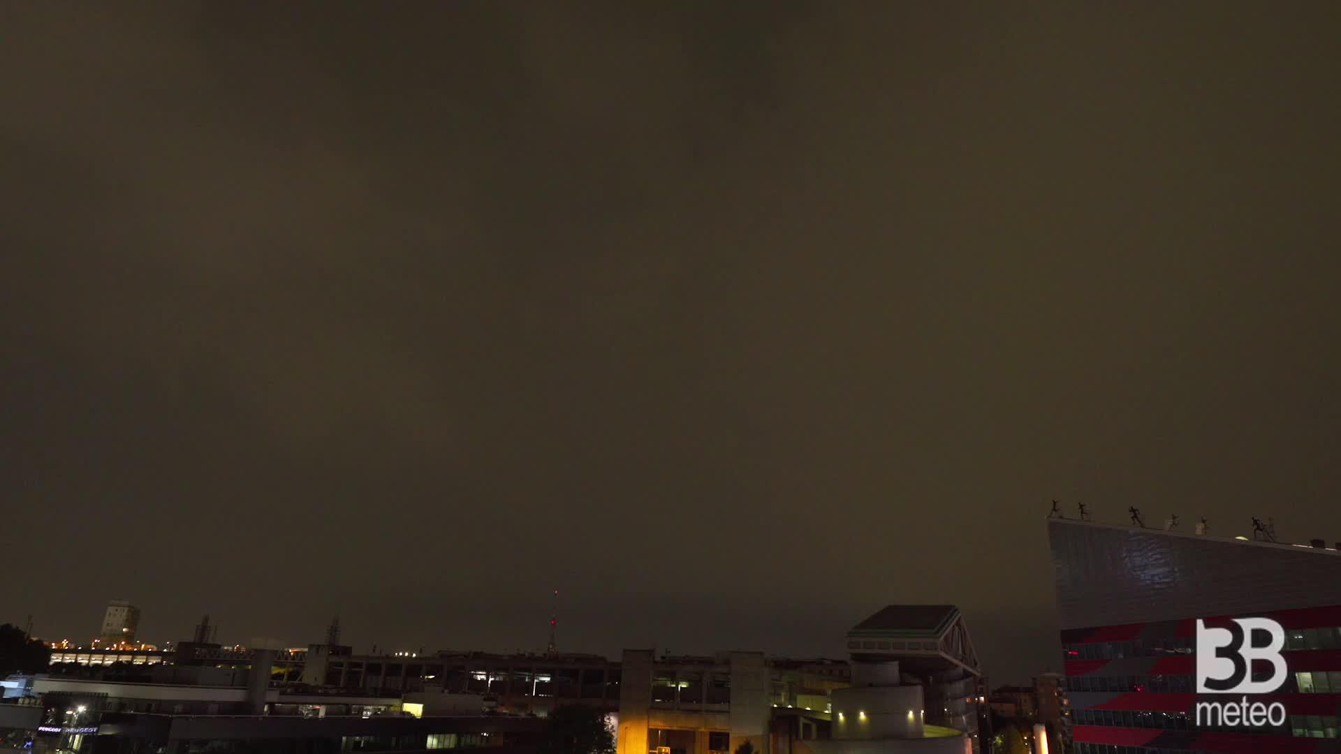 Cronaca METEO VIDEO - Milano, temporale serale: tempesta di fulmini