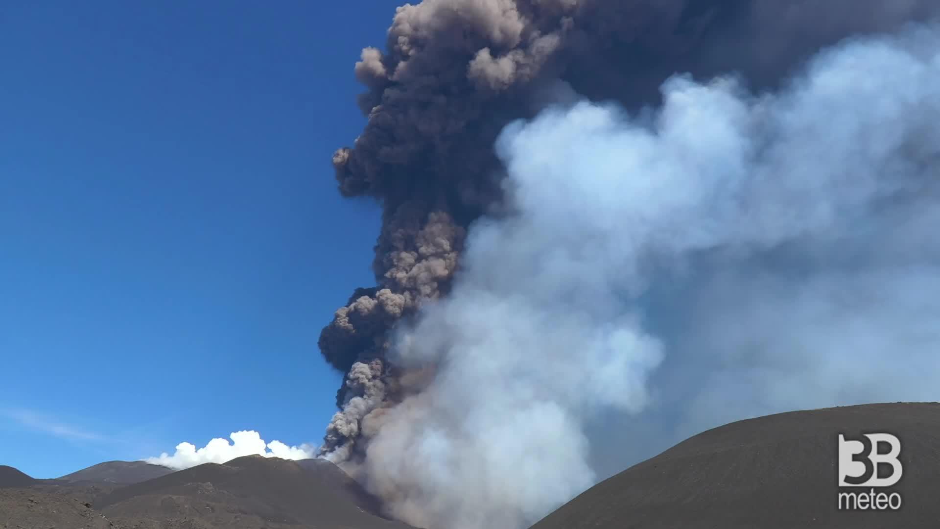 Etna, fumo bianco e nero: colonne si innalzano nel cielo