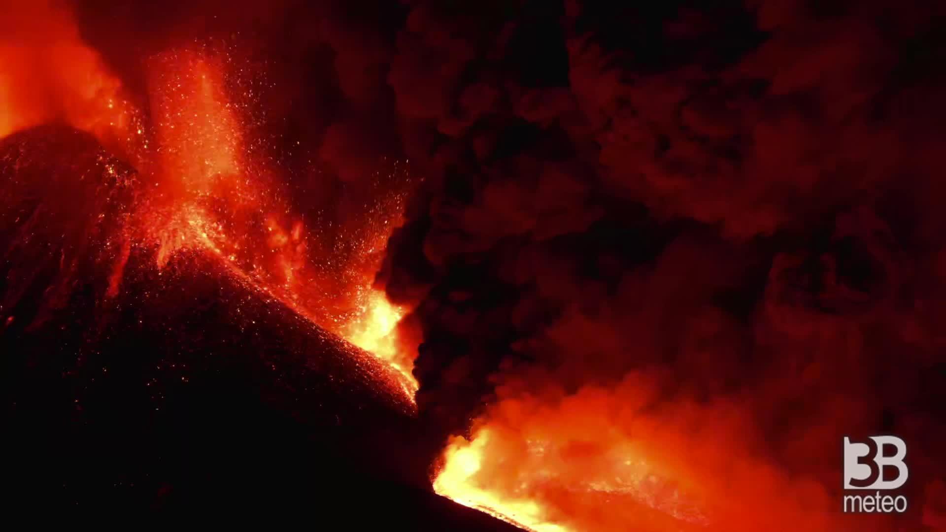 CRONACA DIRETTA - Etna, nuvola nera di cenere : alte fontane di lava - VIDEO