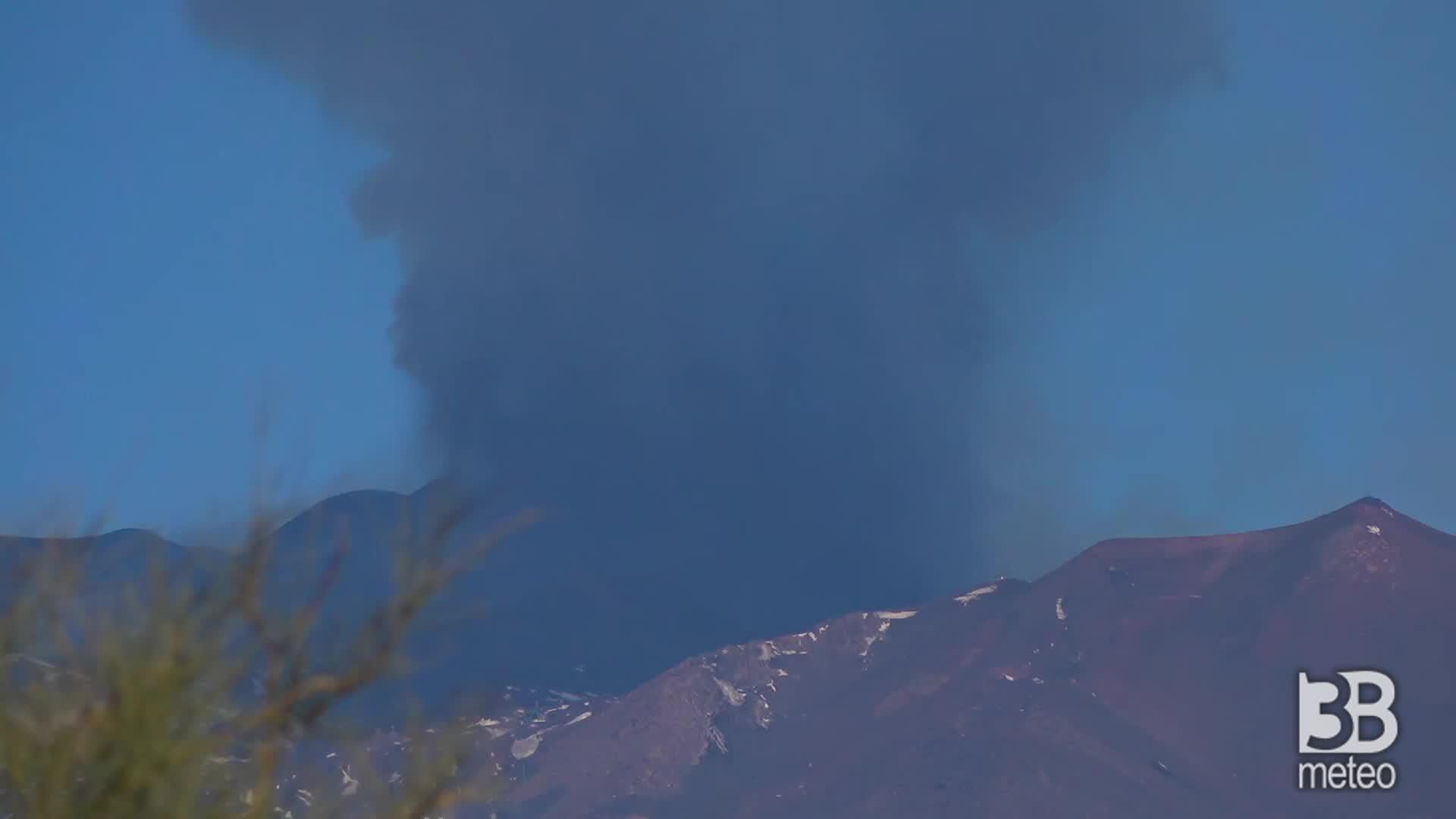 Etna, nuovo parossismo : forte emissione di cenere