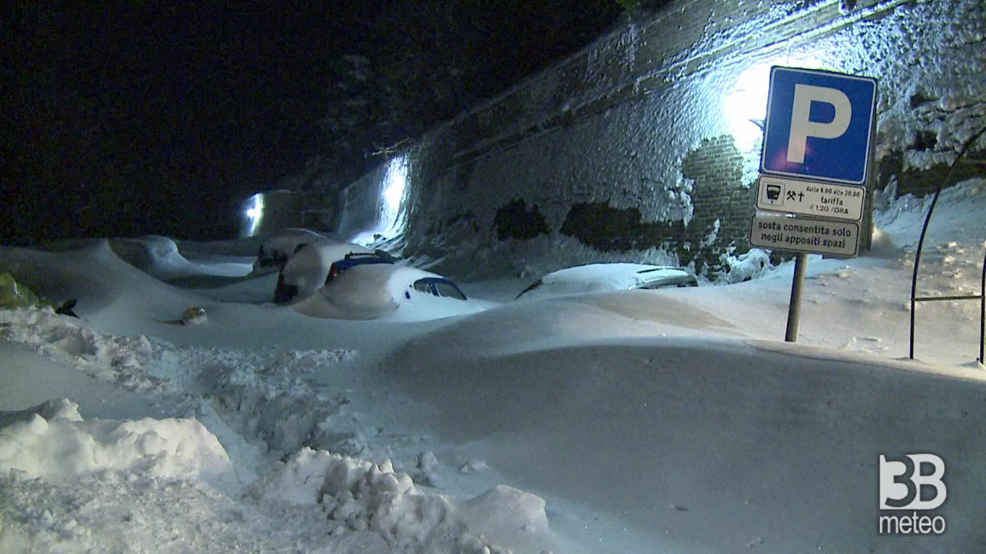Auto sommerse sotto la neve: la nevicata passata alla storia