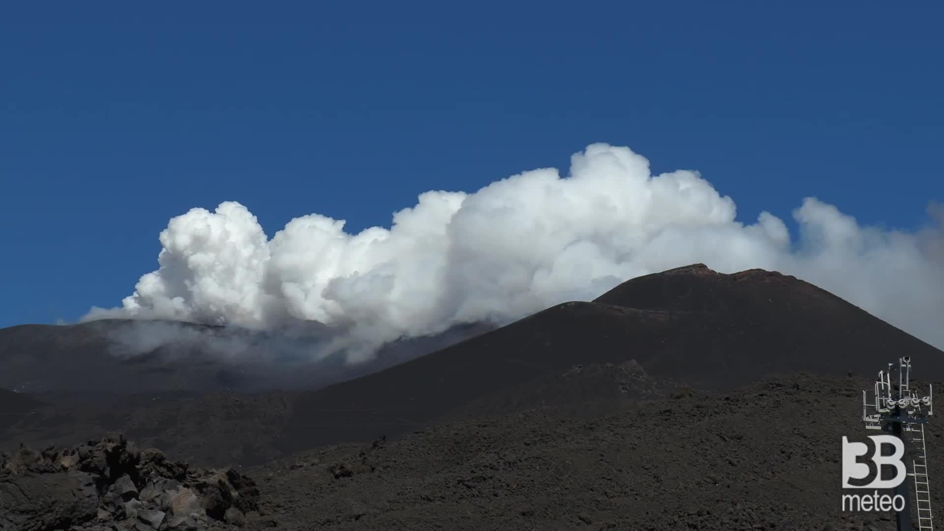 Etna, fumo dal nuovo cratere: nuvola di gas bianco
