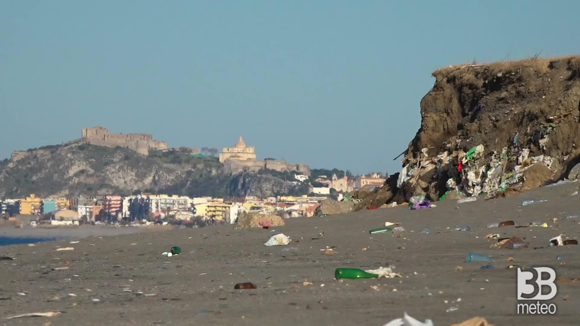 In spiaggia spunta una discarica: lo scempio a Milazzo, Messina