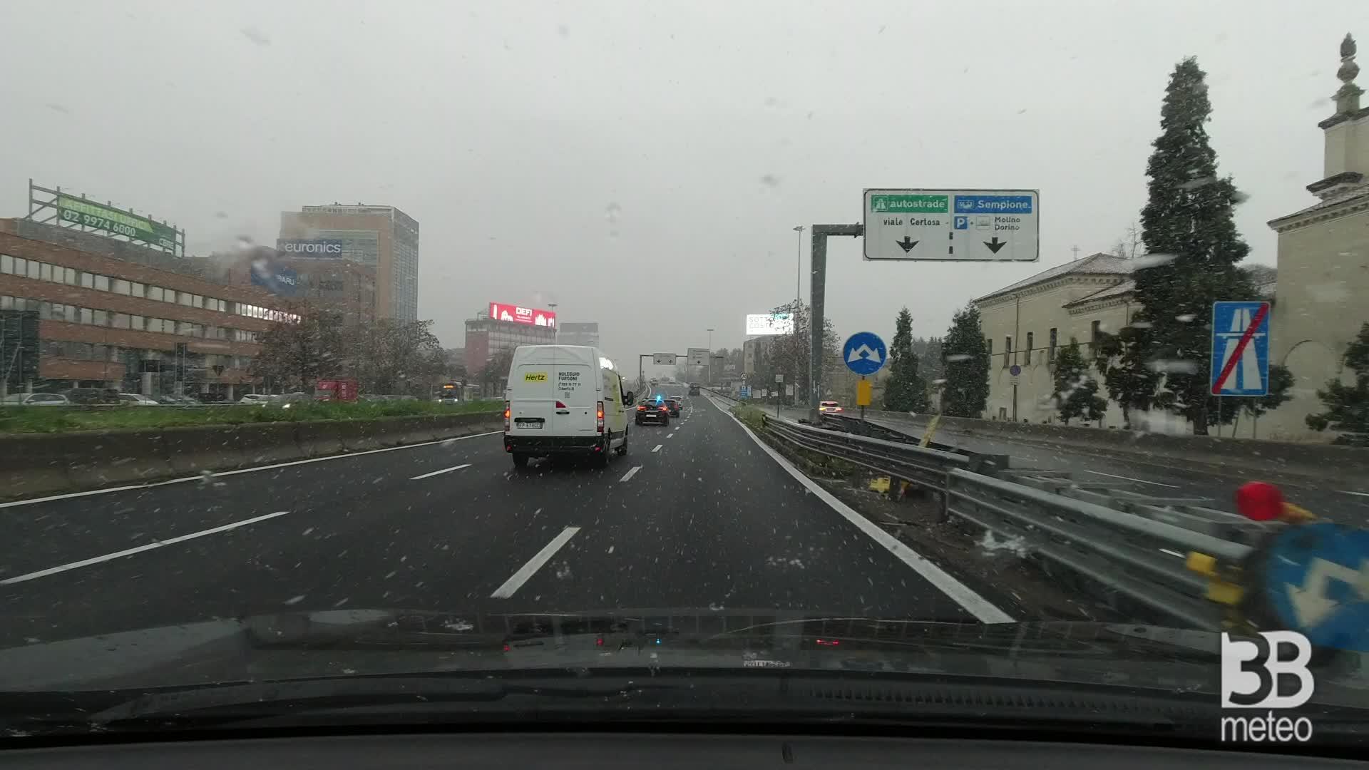 Milano, fiocchi di neve: camera car sulla tangenziale