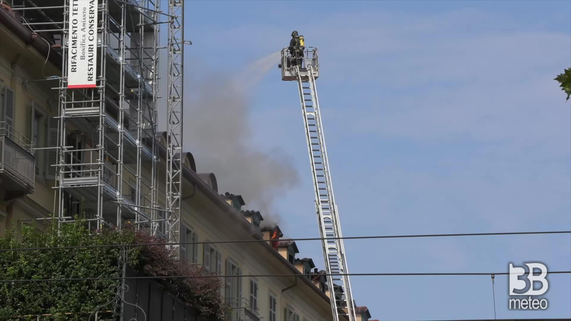 Torino, la lotta con le fiamme: fronte fuoco ancora attivo