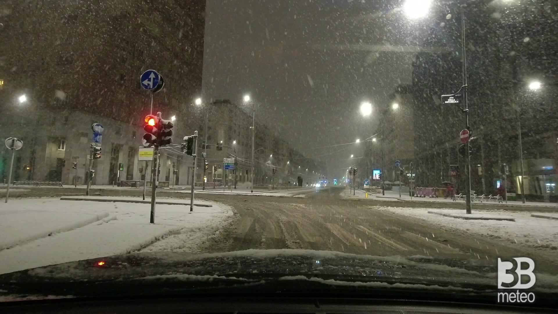 Milano sotto la neve: in auto lungo le strade