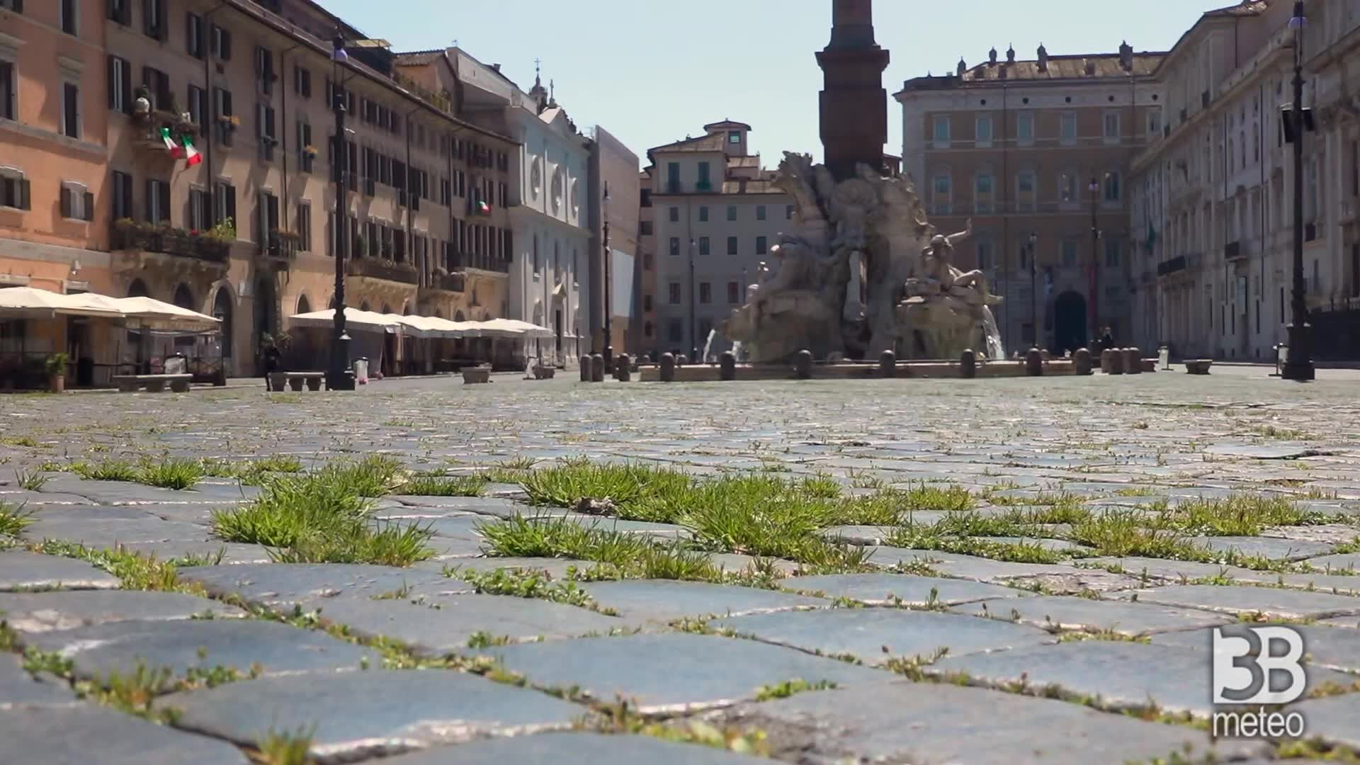 Roma, Piazza Navona: cresce l'erba tra i sampietrini