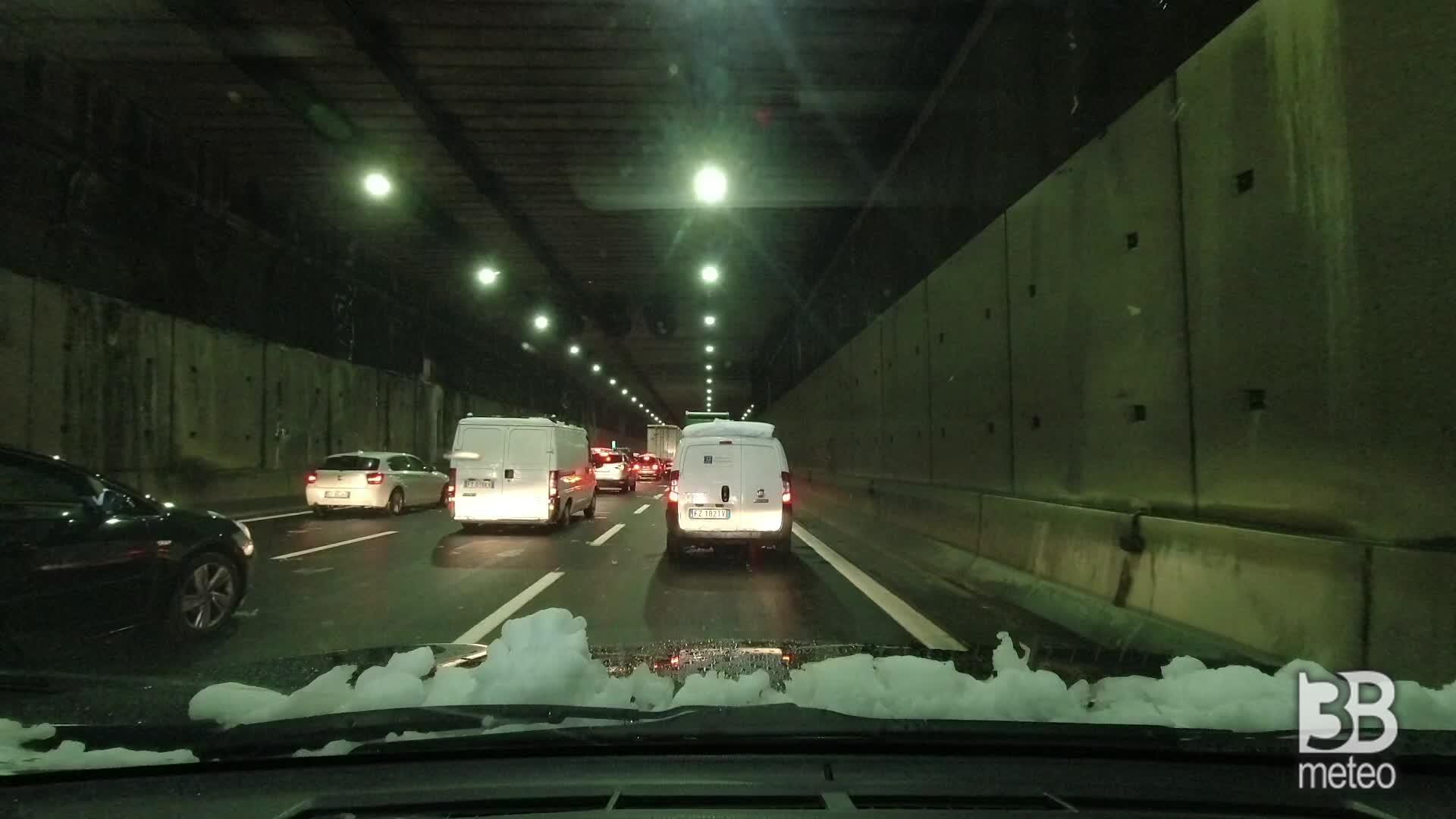 Traffico in tilt sulla SS36: passo d'uomo nel tunnel di Monza