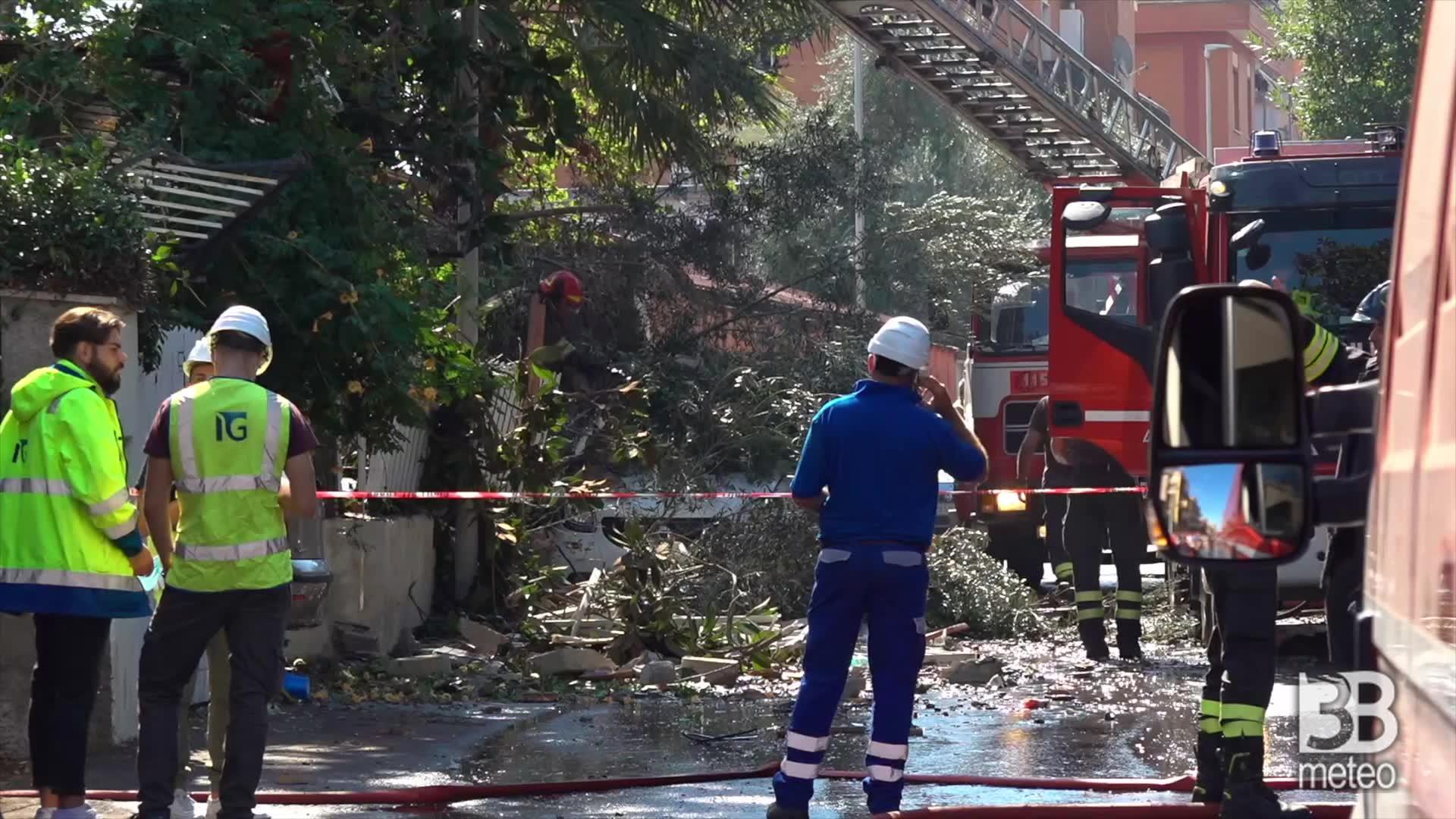 Esplosione a Torre Angela: auto investita da detriti