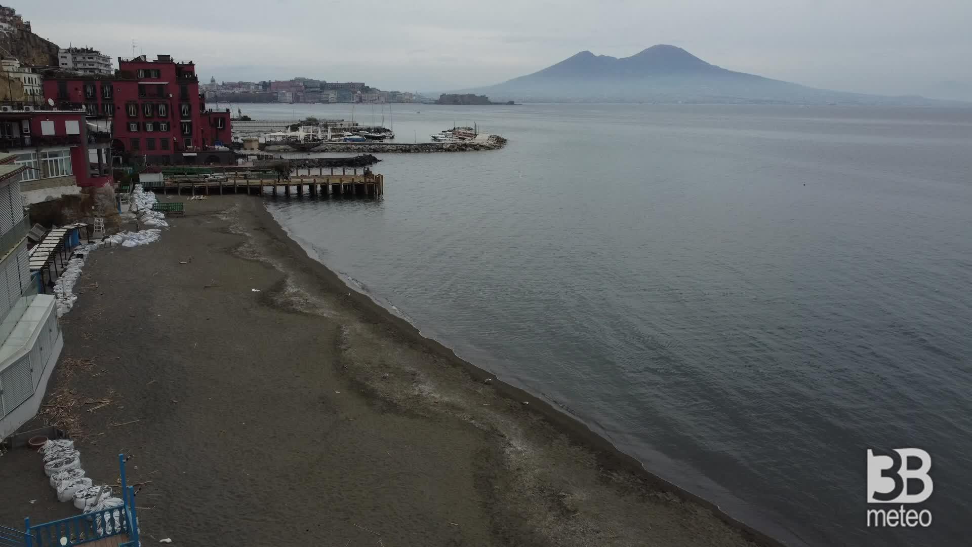 Napoli, spiagge chiuse a Pasqua: il volo del drone