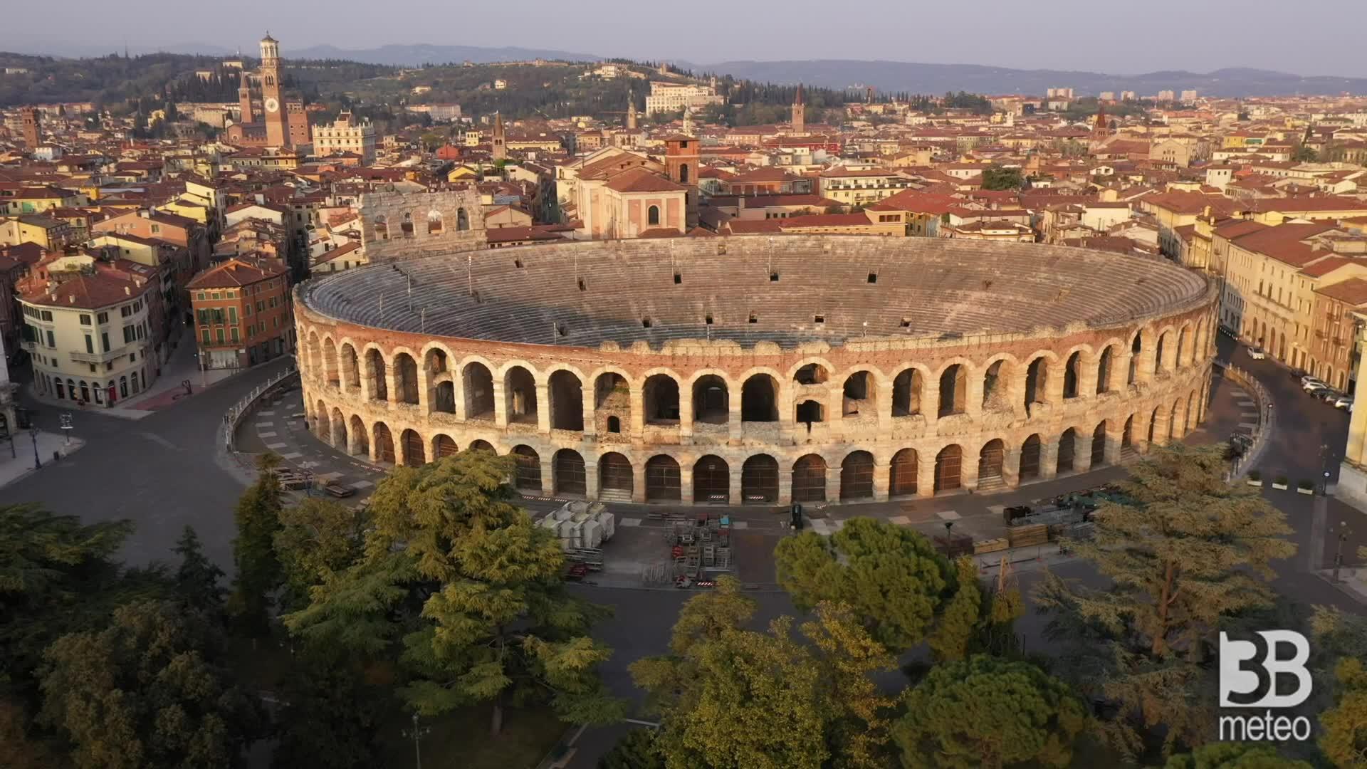 Verona deserta vista dal drone: la città al tramonto
