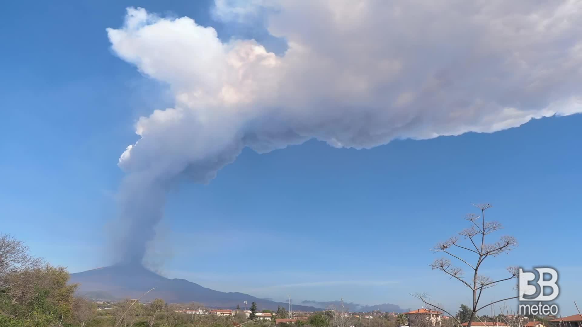 Etna, nuova colonna di fumo: forti tremori del vulcano